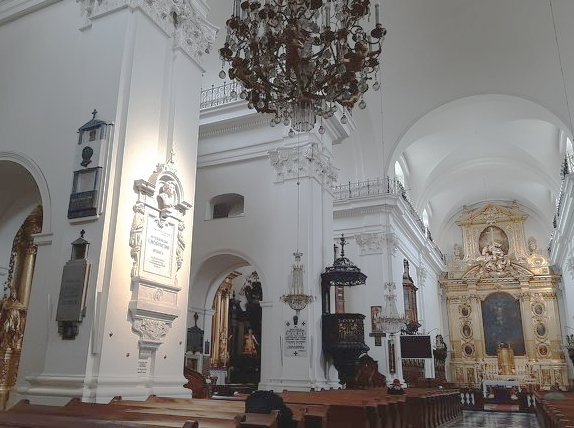 ワルシャワの聖十字架教会。柱の中にショパンの心臓が眠る。